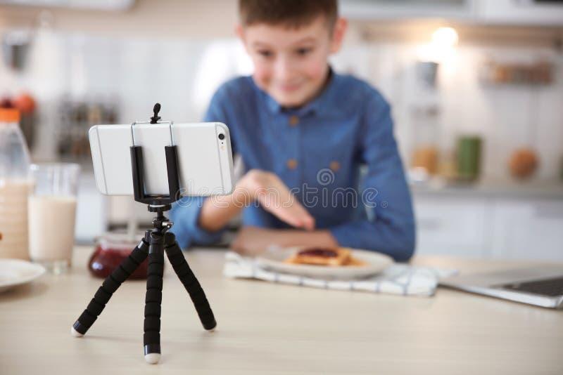 有食物录音录影的逗人喜爱的矮小的博客作者 免版税库存图片