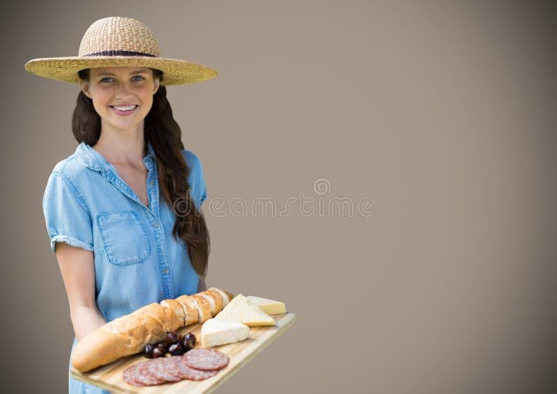 有食物盛肉盘的妇女反对棕色背景 免版税库存图片