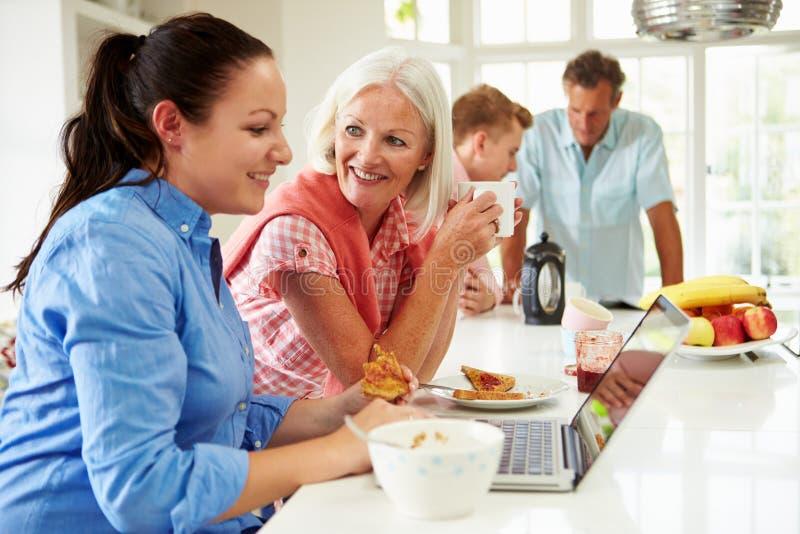 有食用成人的孩子的家庭早餐一起 库存图片