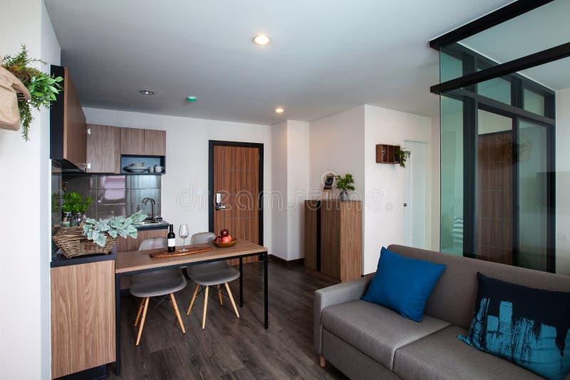 有餐桌的壁角厨房在公寓 免版税库存照片