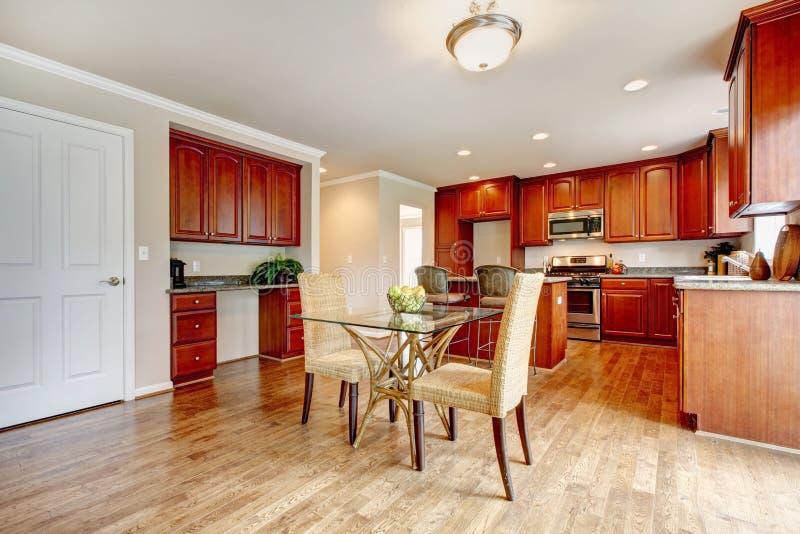 有饭厅的典雅的厨房室 库存图片