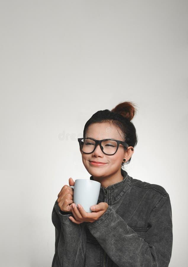 有饮料亚裔妇女的喜悦  免版税图库摄影