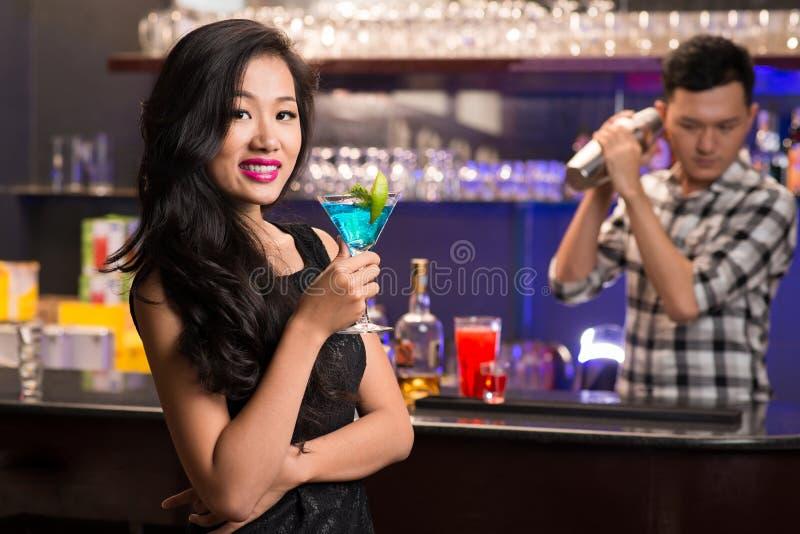 有饮料的亚裔妇女 库存照片