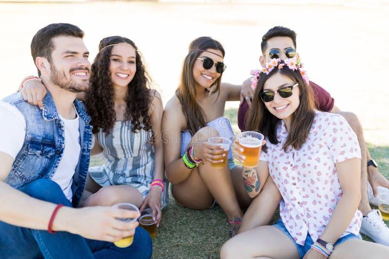 有饮料的朋友享用在节日的 免版税库存图片