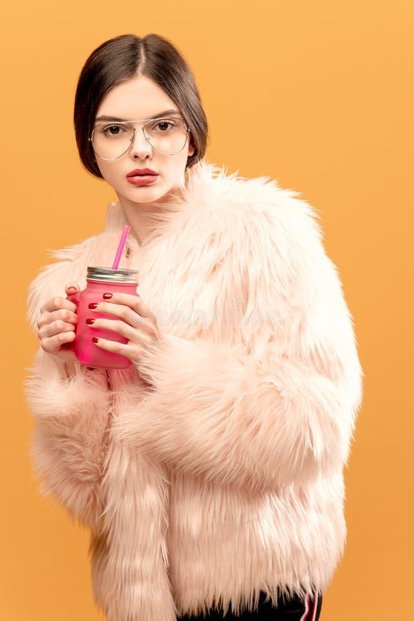 有饮用的瓶子的魅力妇女 免版税库存照片