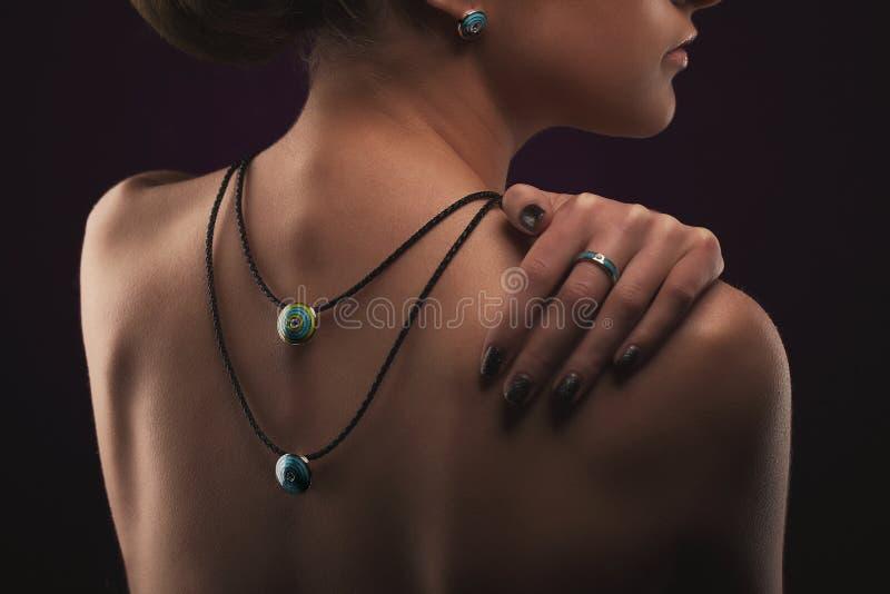 有首饰的端庄的妇女 有项链圆环和耳环的美丽的女孩 时尚和美容院 免版税库存照片