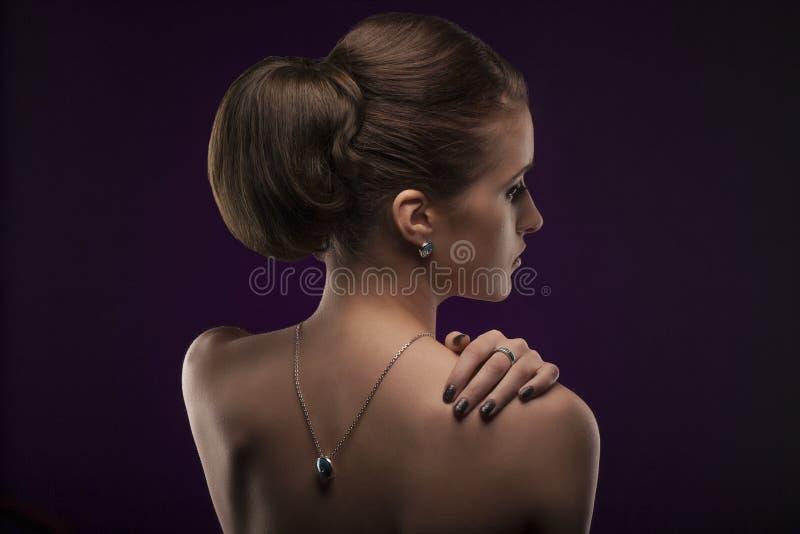 有首饰的端庄的妇女 有项链圆环和耳环的美丽的女孩 免版税库存图片