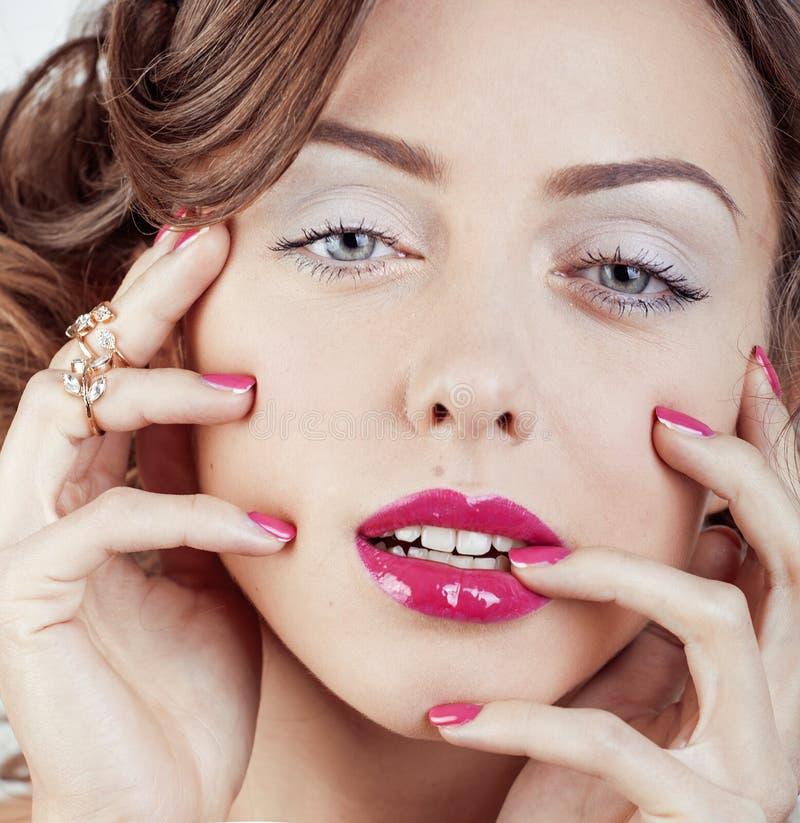 Download 有首饰的,圆环,钉子秀丽年轻豪华妇女在白色关闭 库存图片. 图片 包括有 高雅, 发型, 嘴唇, 设计, 金刚石 - 72368745
