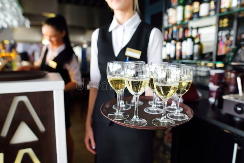 有香槟和酒杯盘的女服务员  库存图片