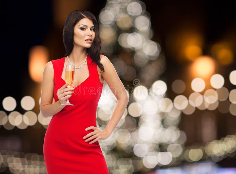 有香槟玻璃的美丽的性感的妇女 库存照片