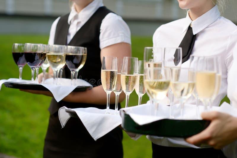 有香槟玻璃盘的女服务员  免版税库存图片