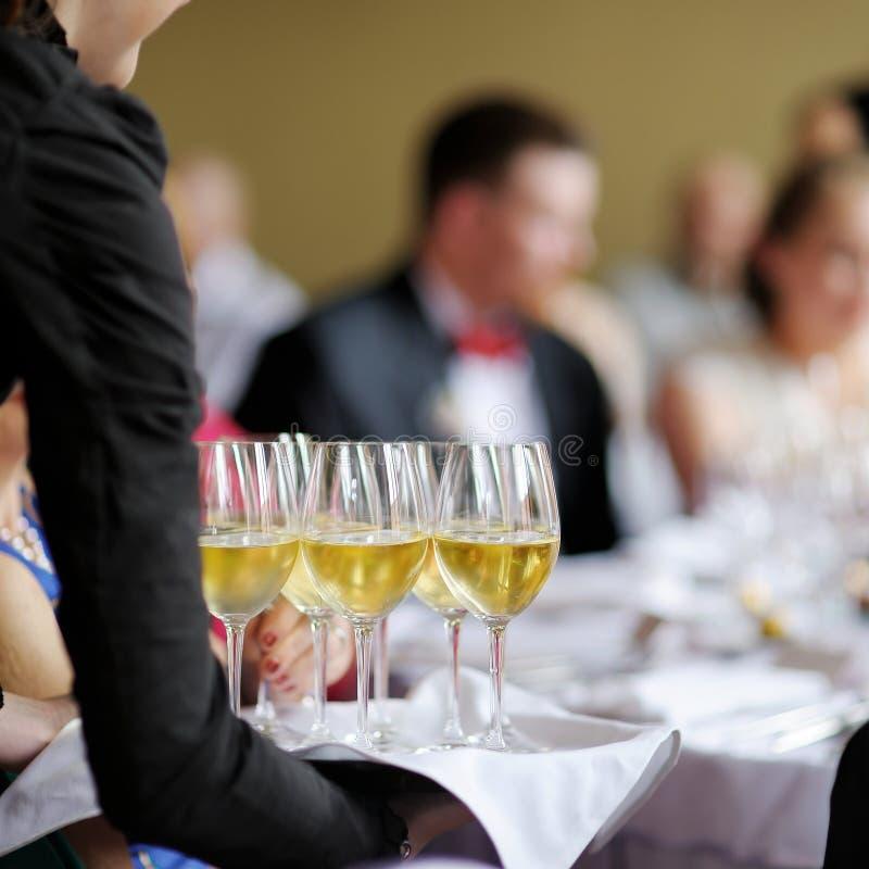 有香槟玻璃盘的女服务员 图库摄影