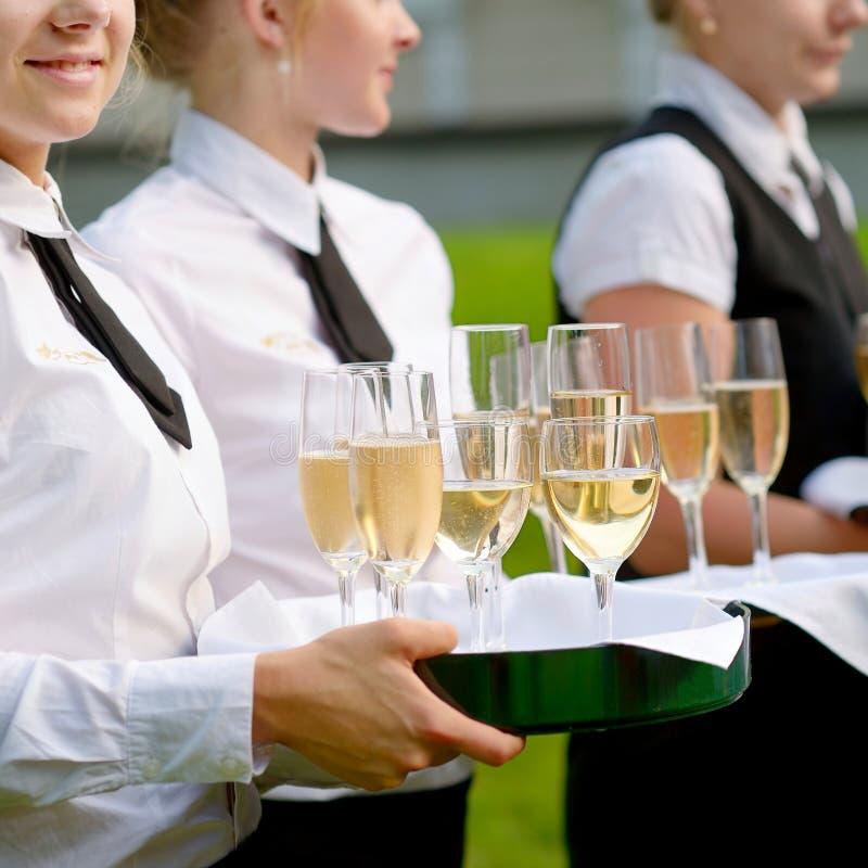 有香槟玻璃盘的女服务员 免版税库存照片