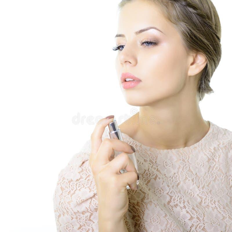 有香水、年轻美女藏品瓶香水和嗅到的芳香的女孩 库存图片