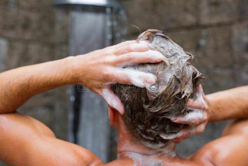 有香波的人洗涤的头发 库存图片