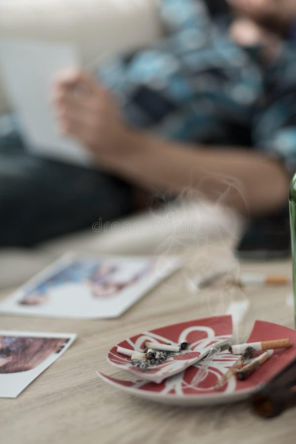 有香烟的烟灰缸 免版税库存图片