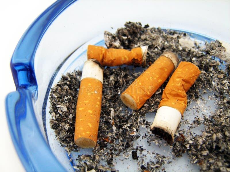 有香烟的蓝色玻璃烟灰缸