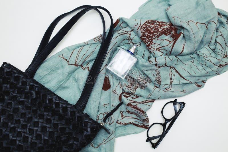 有香水和围巾的提包 库存图片