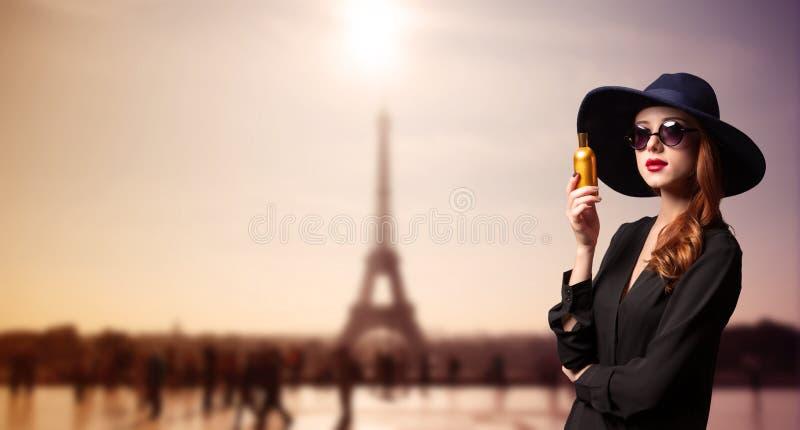 有香水瓶的妇女 库存图片