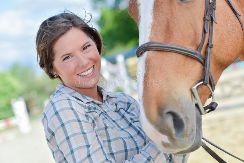 有马的妇女 图库摄影