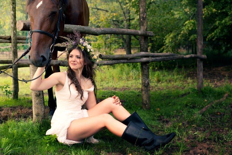 有马的深色的妇女 库存照片