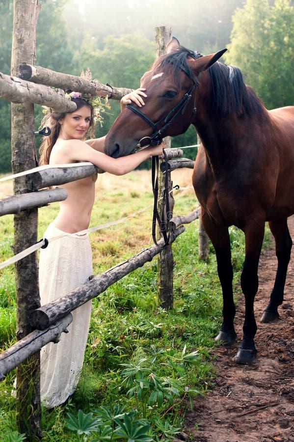 有马的深色的妇女 免版税库存图片