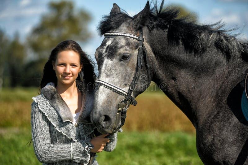 有马的青少年的女孩 免版税库存图片