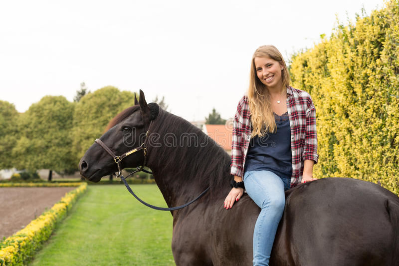 有马的年轻美丽的妇女 免版税图库摄影