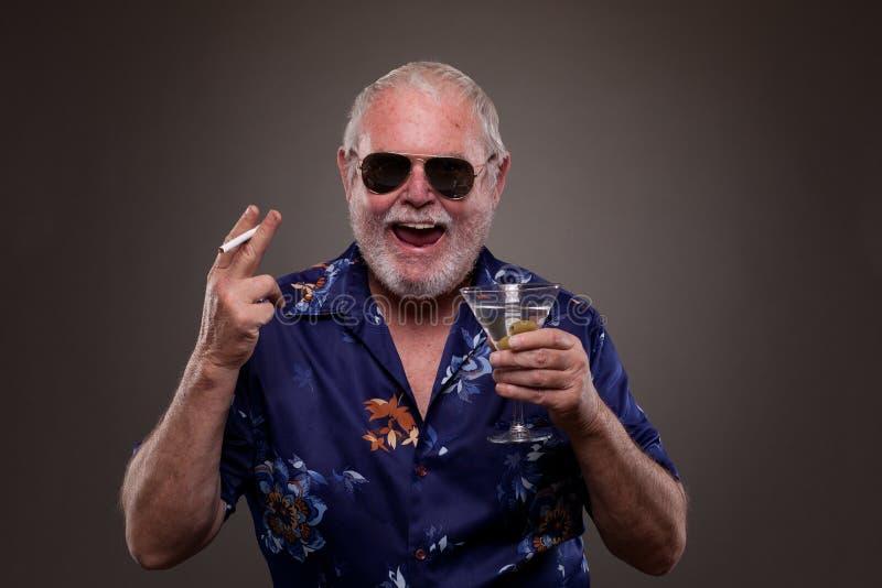 Download 有马蒂尼鸡尾酒和香烟的笑的人 库存照片. 图片 包括有 面部, 休闲, 开放, ,并且, 饮料, 香烟, 酒精 - 30326936