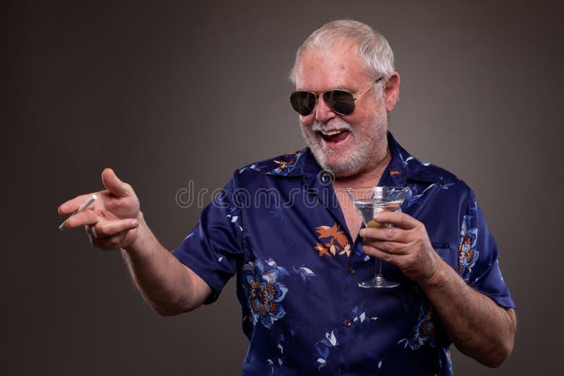 Download 有马蒂尼鸡尾酒和香烟的老人 库存图片. 图片 包括有 现有量, 前面, 面部, 爱好健美者, 饮料, 藏品 - 30326927
