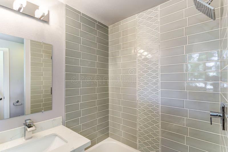 有马赛克的设计好的卫生间铺磁砖了墙壁 免版税图库摄影