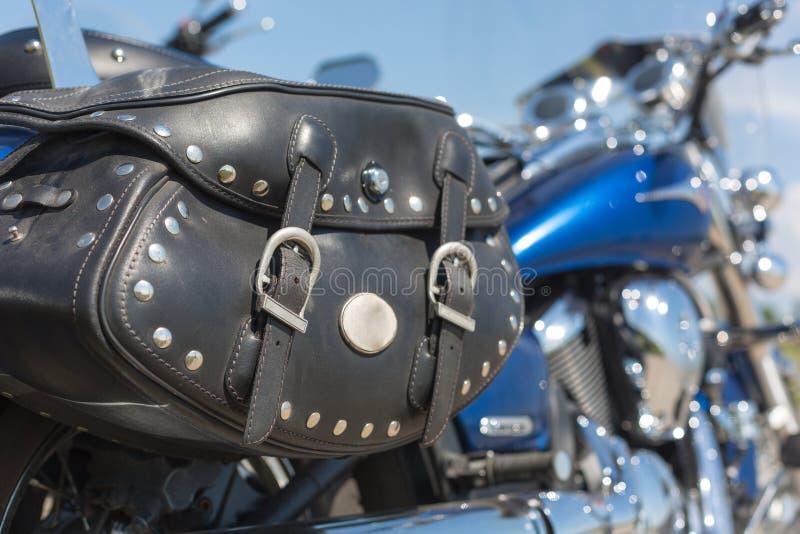 有马鞍袋子的摩托车 库存图片