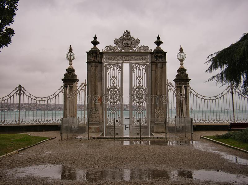 有高专栏和门的篱芭在宫殿庭院里 库存图片