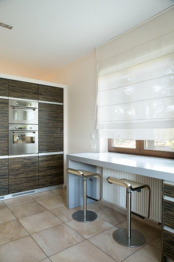 有高凳的厨房 免版税图库摄影