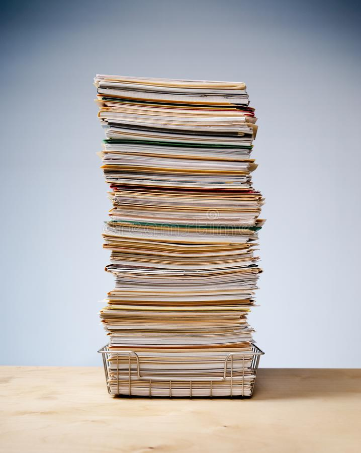 有高堆的书桌盘子文件和文书工作 免版税库存照片