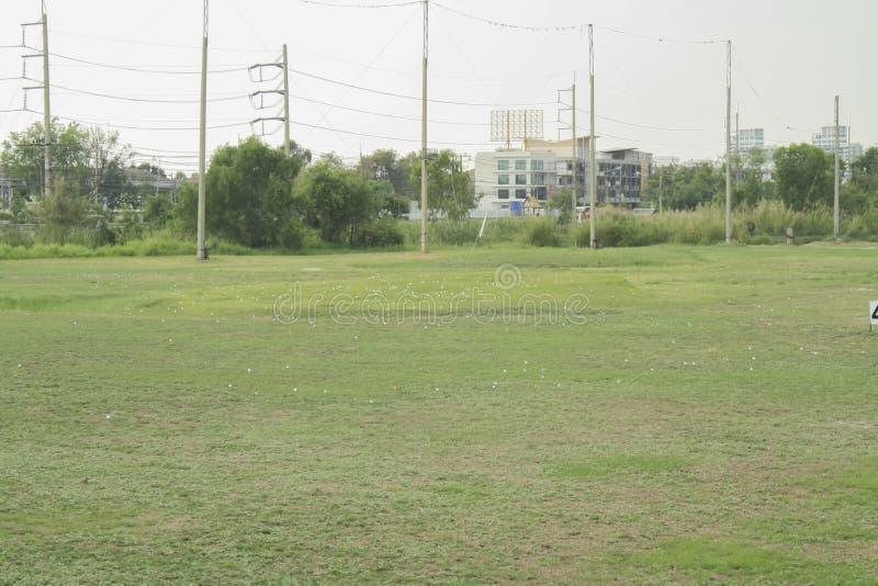 有高尔夫球的老高尔夫球场,开车范围 免版税库存图片