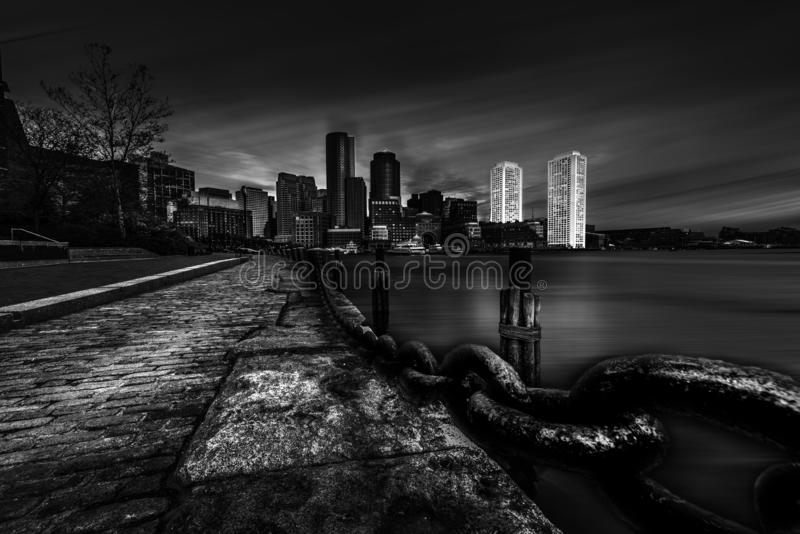 有高层的波士顿港口在背景和钢链子中 免版税库存图片