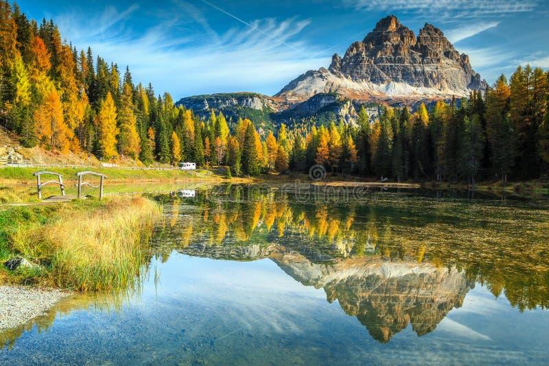有高山的在背景中,白云岩,意大利美丽的高山湖 库存图片