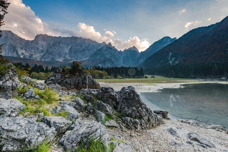 有高山风景的,意大利Fusine湖 免版税图库摄影