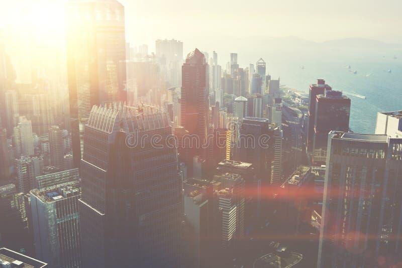 有高摩天大楼的被开发的大城市城市临近海 图库摄影