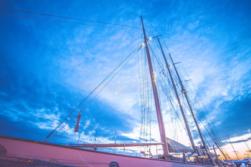 有高船的纽波特罗德岛港口在日落 库存照片
