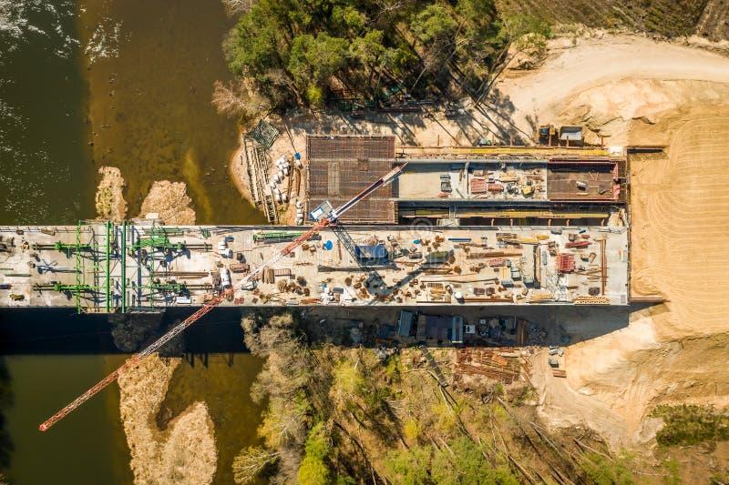 有高起重机的,波兰的鸟瞰图高速公路工地工作 库存图片