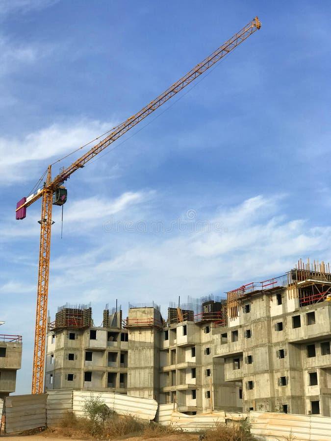 有高起重机的,街道视图,未完成作品建造场所 重建块,居住的发展的物产 免版税库存图片