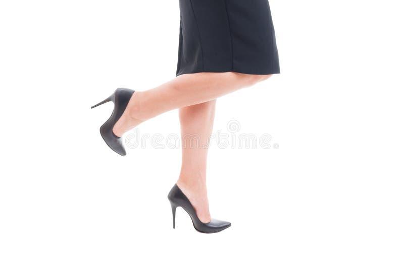 有高跟鞋的女商人腿染黑皮鞋 免版税库存照片