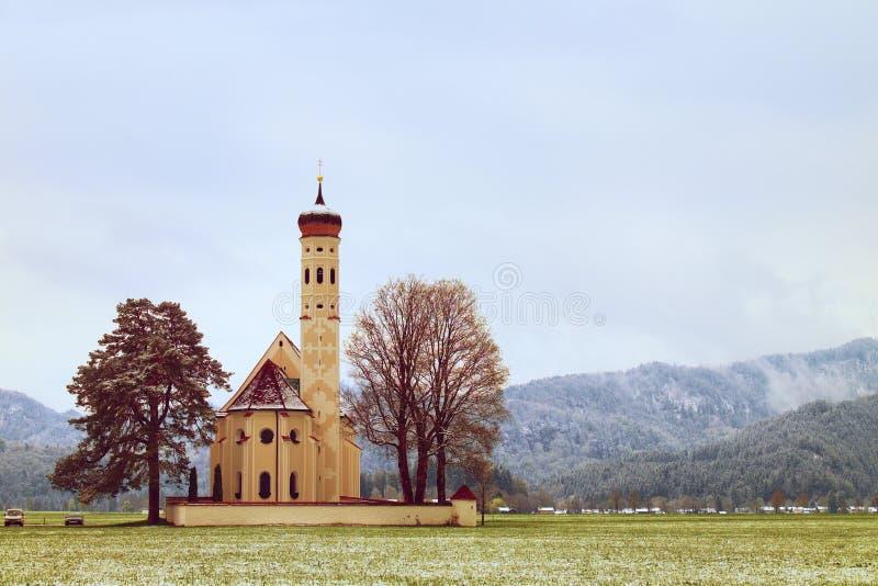 有高钟楼的老教会和坟园吼叫山 免版税库存图片