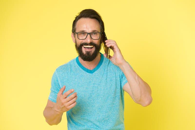 有髭的残酷白种人行家 愉快的交谈 事务 有胡子的人说在电话里 现代生活与 免版税库存照片