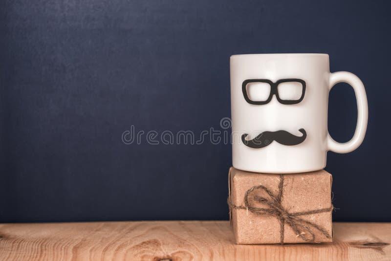 有髭的,玻璃,在黑黑板, holi的礼物盒杯 图库摄影