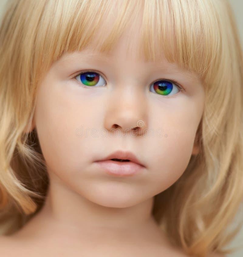 有魔术彩虹眼睛的靛蓝孩子 免版税图库摄影