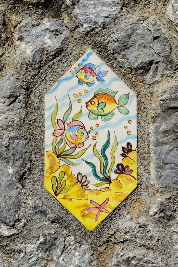 有鱼的手画瓦片在Vietri街道墙壁上  免版税库存照片
