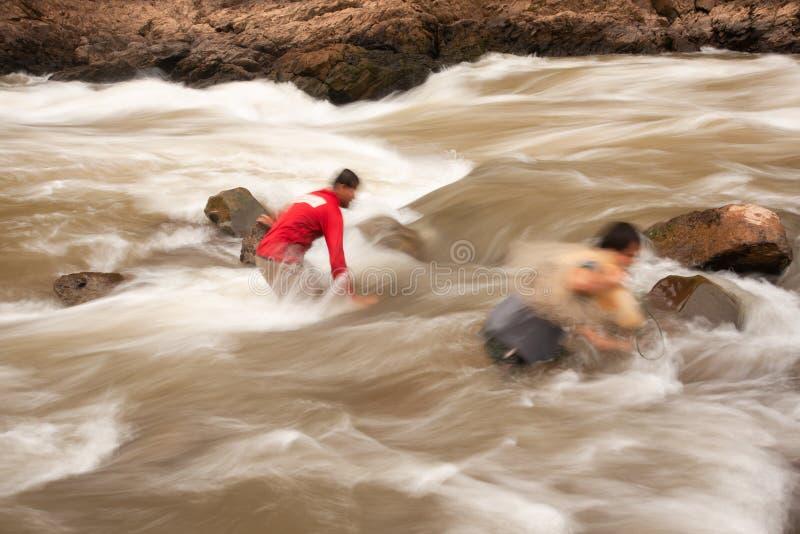 有鱼网的两位渔夫在南河,农村北部泰国的地方钓鱼的急流 意想不到的轻轻地急流 长期 免版税图库摄影